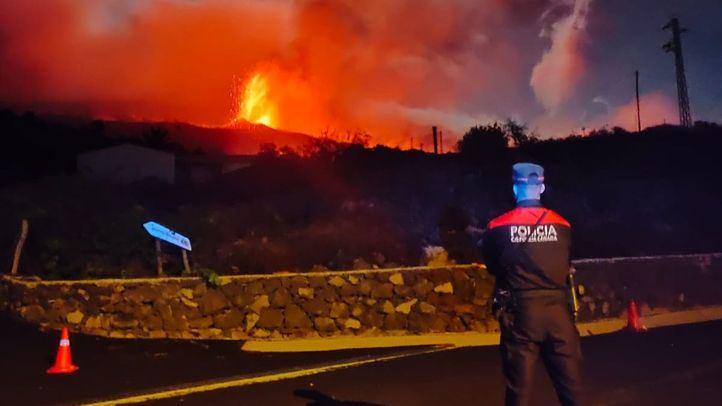Varios municipios evacuados y vuelos cancelados en La Palma por la explosividad del volcán