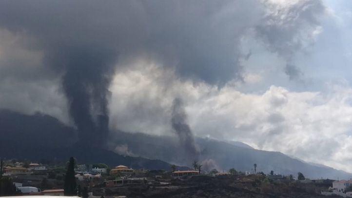 El cono del volcán de La Palma se rompe y deja una colada enorme que avanza hacia el mar