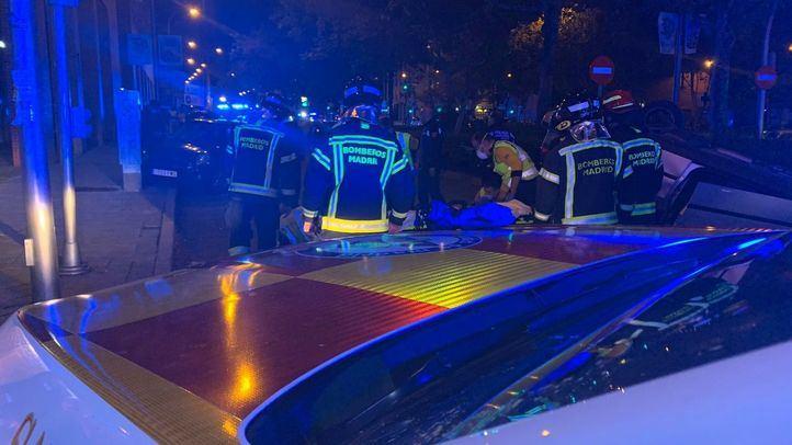 Los Bomberos estabilizan el vehículo volcado tras un atropello en Avenida de Asturias