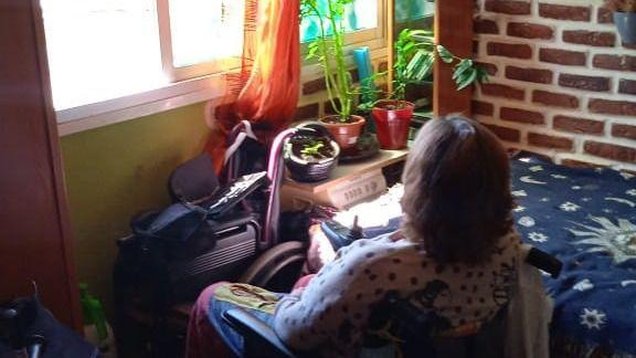 Lidia ya puede salir de casa con su silla de ruedas tras 14 meses sin ascensor
