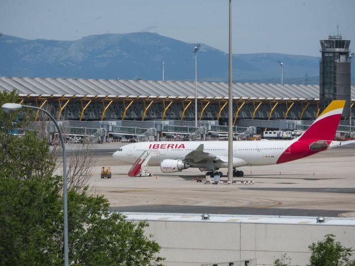 Estado de vacío total en el Aeropuerto Madrid Barajas con contados vuelos de pasajeros
