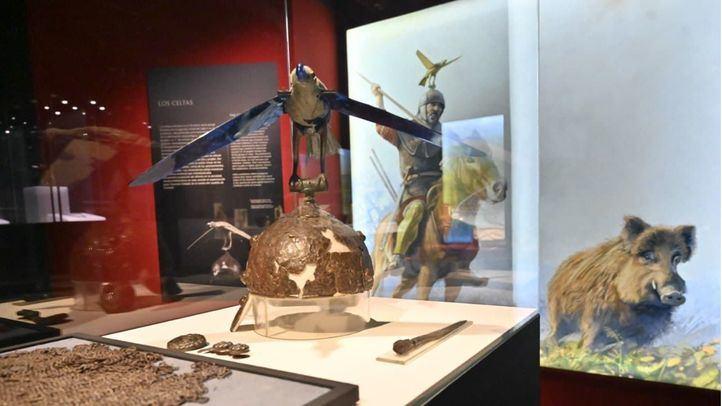 Casco único que forma parte de la exposición 'Tesoros Arqueológicos de Rumanía. Las raíces dacias y romanas'