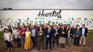 Los representantes de los proyectos ganadores en los huertos de Fundación Montemadrid.