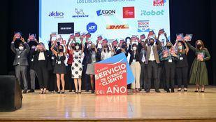 Los representantes de las empresas ganadoras alzan el premio tras la gala.