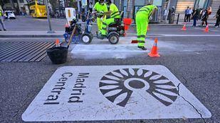El Ayuntamiento retira la señalética de Madrid Central para poner la de la nueva zona de bajas emisiones