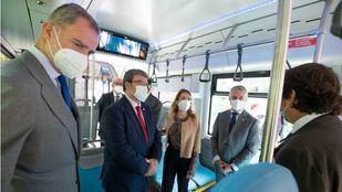 El Rey visitó un autobús propulsado por hidrógeno renovable