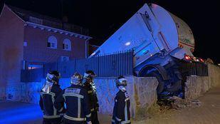 Camión de basura accidentado en Parla