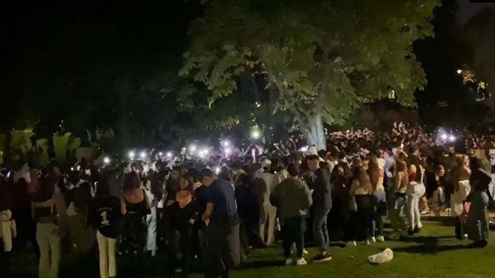 Foto de archivo: Cientos de jóvenes hacen botellón