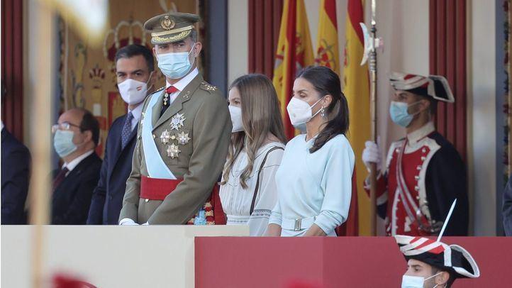 Los Reyes presiden el desfile militar en el Día de la Hispanidad.