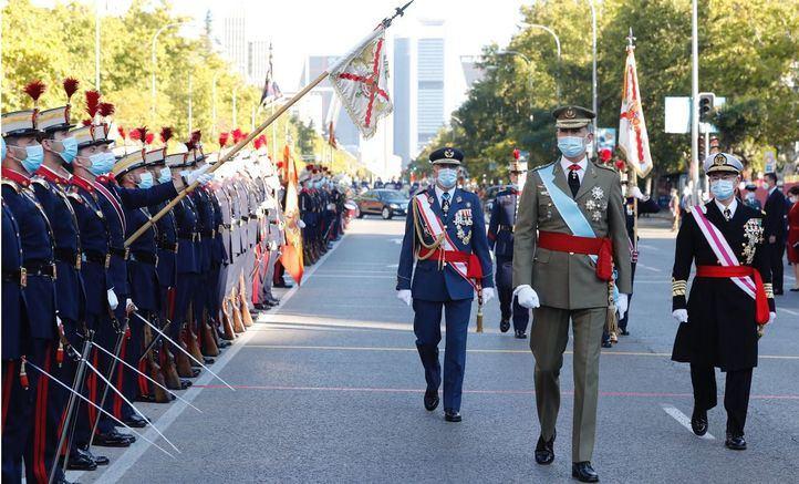 Los Reyes presiden el desfile militar por el Día de la Hispanidad.