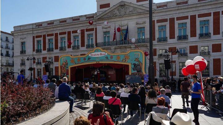 El Teatro Real celebra el Día de la Hispanidad con un espectáculo en una carroza itinerante en la Puerta del Sol.