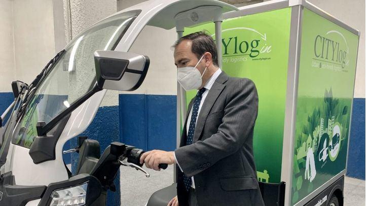 El delegado de Medio Ambiente y Movilidad, Borja Carabante, viista el nuevo microhub logístico en el aparcamiento de Plaza Mayor.