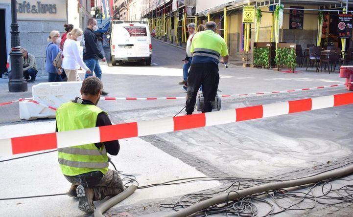 Obras en las calles Arenal y Montera para reparar los microagujeros del pavimento causados por los cascos de los caballos de la Policía.