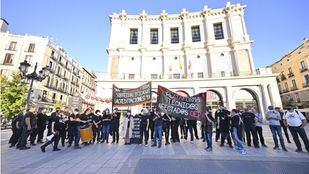 Protesta de los técnicos del Inaem ante el Teatro Real.