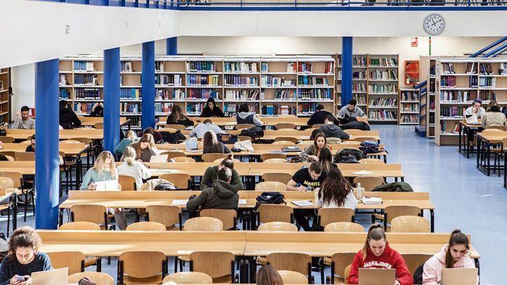Alumnos de la  Alfonso X el Sabio estudiando en la biblioteca.