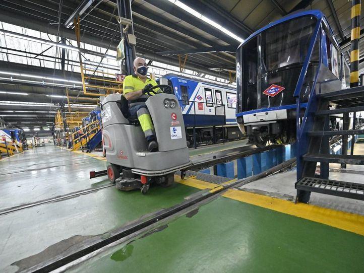 Operarios de limpieza de Clece desinfectan el Metro de Madrid y sus depósitos.