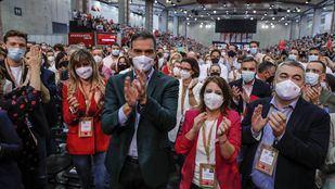 El secretario general del PSOE, Pedro Sánchez, junto a la vicesecretaria general del partido, Adriana Lastra, durante la clausura del 40º Congreso Federal del PSOE