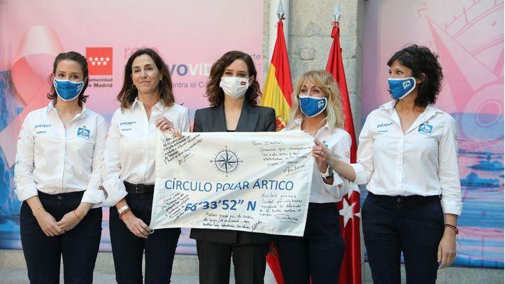 La presidenta de la Comunidad de Madrid posa con las participantes del Reto Pelayo Vida 2021 66º Norte