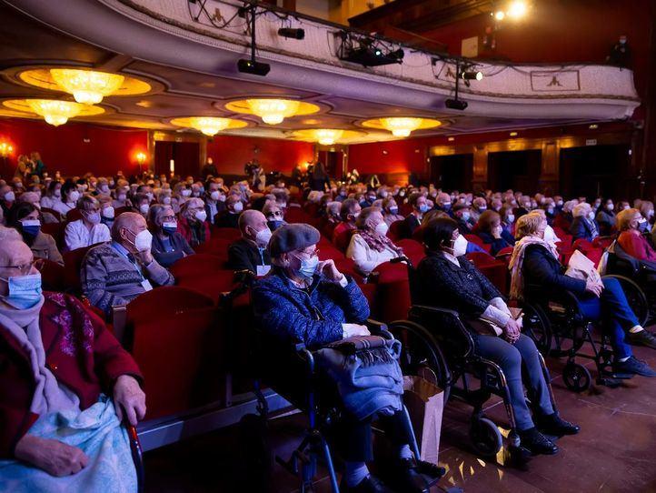 Mayores inmunizados van al teatro