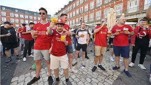 Aficionados del Liverpool en la plaza Mayor