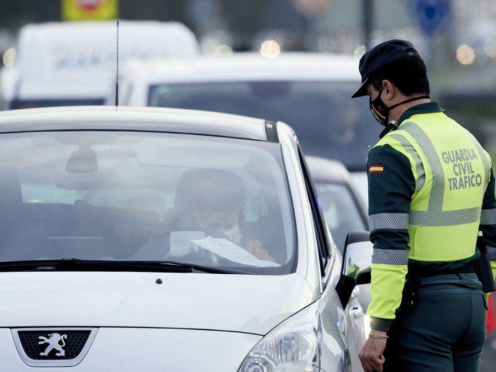 Guardia Civil de tráfico en un control