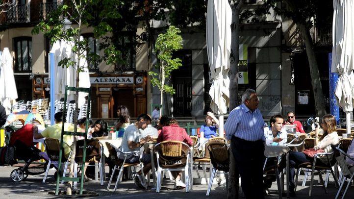 Gente disfrutando de una terraza de bar en la Plaza Santa Ana