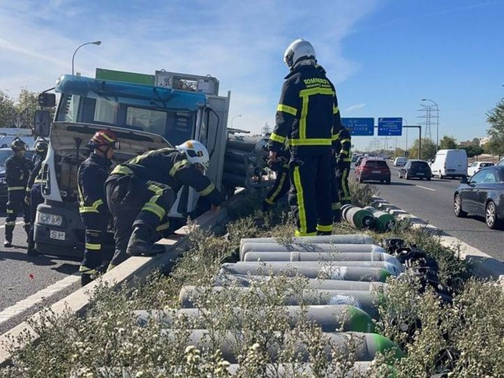 Un camión con botellas de oxígeno colisiona contra un coche en la M-40