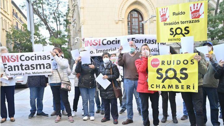 Doble protesta en Cibeles contras las terrazas de Retiro y las cocinas industriales
