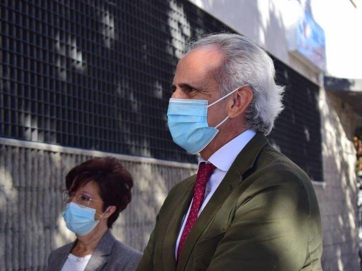 Enrique Ruiz Escudero y Elena Andradas visitan el Centro de Salud de Barajas para conocer cómo avanza la campaña de la gripe