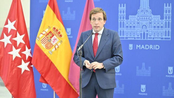 El alcalde de Madrid, José Luis Martínez-Almeida, atiende a los medios en el Pleno de octubre.