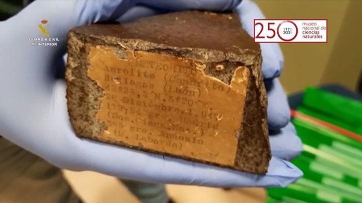 Guardia Civil entrega al Museo Nacional de Ciencias Naturales un trozo recuperado del meteorito que cayó en León en 1947