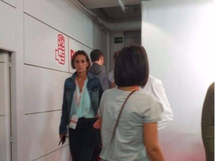 Pedro Sánchez se dirige a votar en la urna oculta tras un panel, según los críticos.