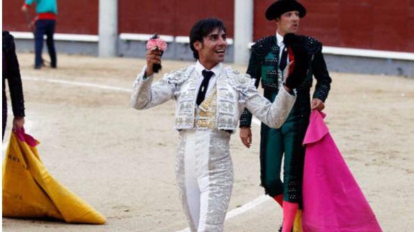 Gómez del Pilar pasea la oreja que le concedieron de 'Burlito'