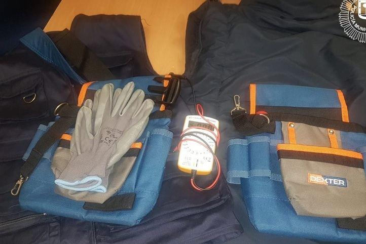 Los agentes de la Policía localizaron en el maletero joyas, dinero. documentación bancaria y material y vestimenta de trabajo simulado.