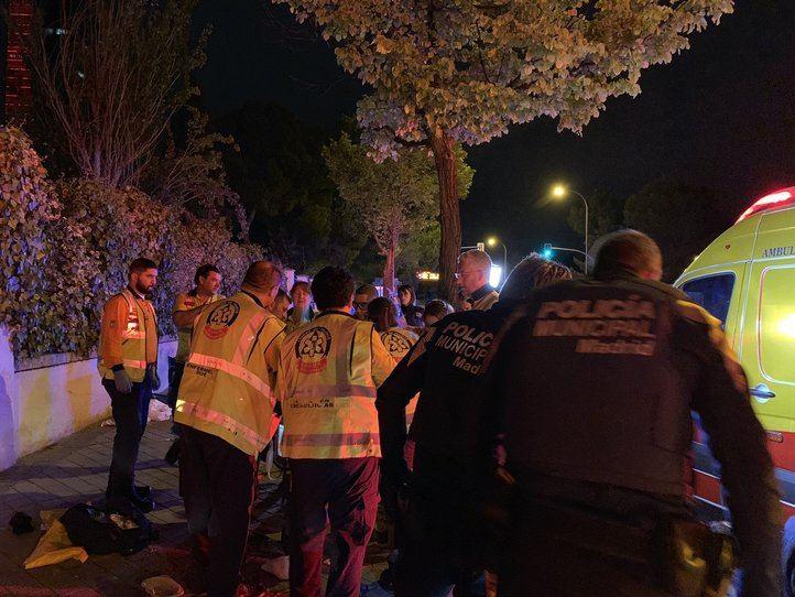 El motorista quedó tendido en la calzada tras el accidente.