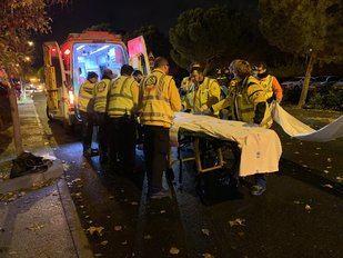 Los servicios de emergencias atienden al herido tras chocar con su coche contra un árbol.