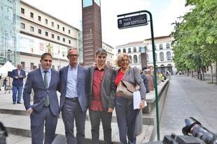 De izquierda a derecha -en la foto de grupo-, Michaux Miranda, gerente del Museo Reina Sofía; Pepe Guirao, director general de la Fundación Montemadrid; Jorge García Castaño, concejal presidente del distrito Centro y concejal de Economía y Hacienda, y  la alcaldesa Manuela Carmena.