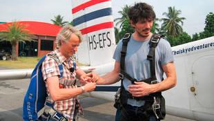 Andrés Velencoso se tira por primera vez en paracaidas en