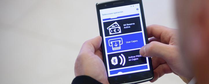 Las personas ciegas ya pueden operar en los más de 6.300 cajeros de BBVA a través de una 'app'
