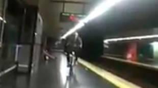 Cae a las vías del Metro montado en una BiciMad