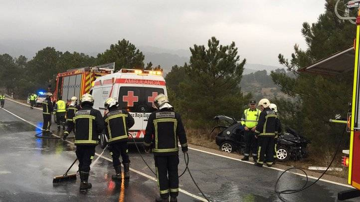 Herida grave una conductora al chocar contra un camión