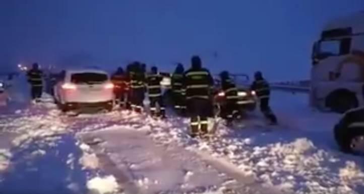 Madrileños atrapados por la nieve a las puertas de la Comunidad