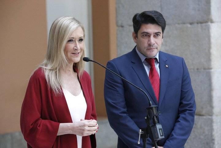 Cristina Cifuentes y David Pérez, tras una reunión en la Real Casa de Correos