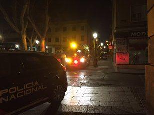 Emergencias y Policía actúan tras la reyerta ocurrida en Vallecas en la que han resultado heridas cinco personas.