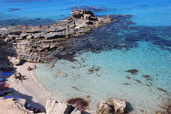 Rutas en barco para recorrer Formentera tanto por el este como por el oeste