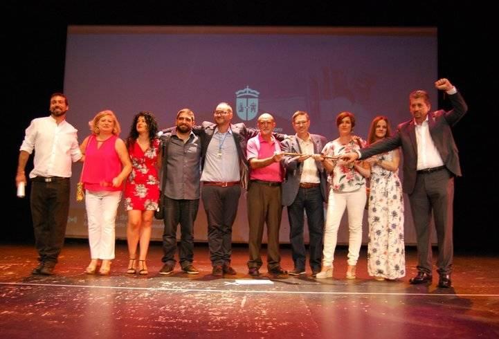 Los concejales que han respaldado a Faraldos, en el teatro Juan Pardo