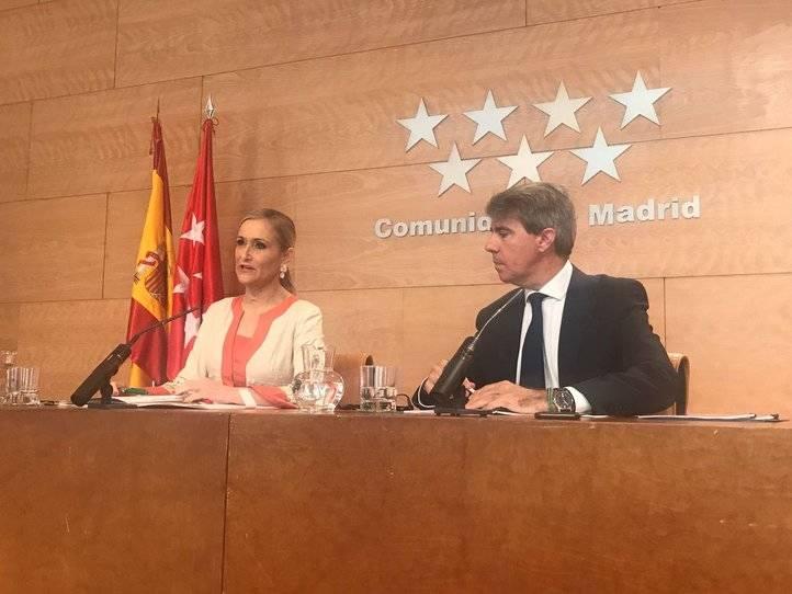 Cristina Cifuentes presenta el proyecto de Ley de víctimas del terrorismo junto al portavoz Ángel Garrido, este martes.