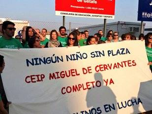 Concentración frente al colegio Miguel de Cervantes de Getafe.