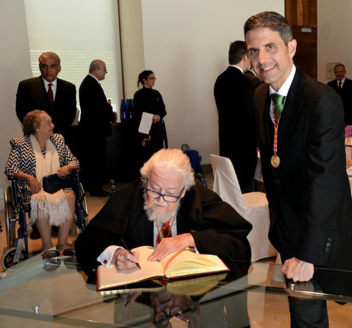 Del Paso firma el libro de honor de Alcalá