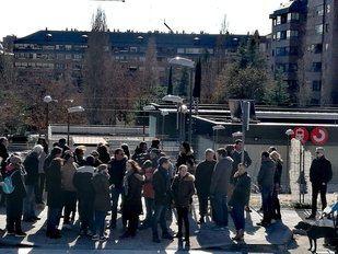 Los vecinos de Montecarmelo se han concentrado frente a la estación de Cercanias Mirasierra-Paco de Lucía.